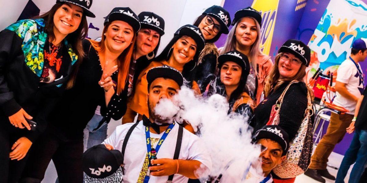 Grupo de pessoas fumando narguile e sorrindo pra foto