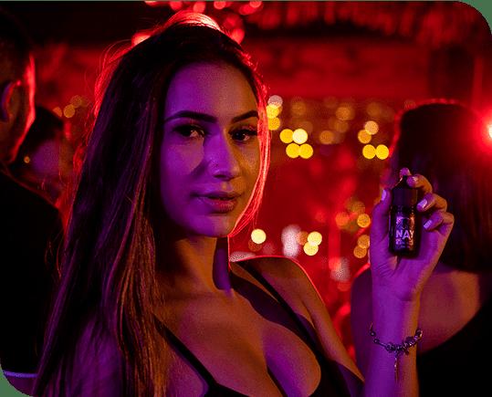 Modelo mulher Morena camiseta preta segurando em uma das mãos juice da Secrets of nay